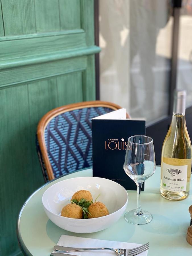 bouteille vin table restaurant Paris
